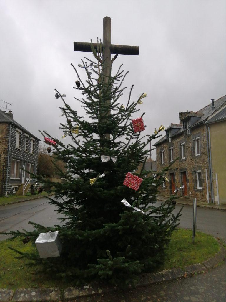 Décorations de Noël : mise en place des sapins